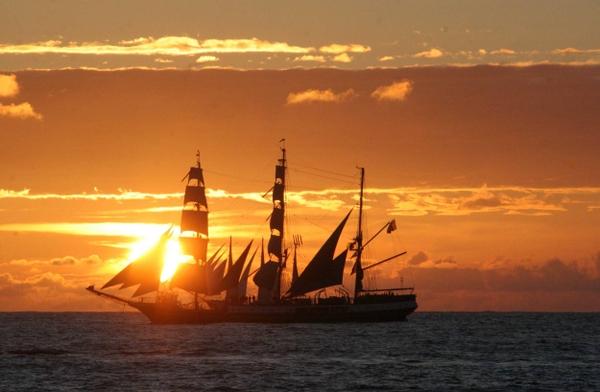 sunset sunrise ocean ships sailing skyscapes sailing ships sea_wallpaperswa.com_75